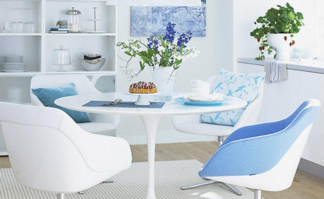 Biały salon z jadalnią