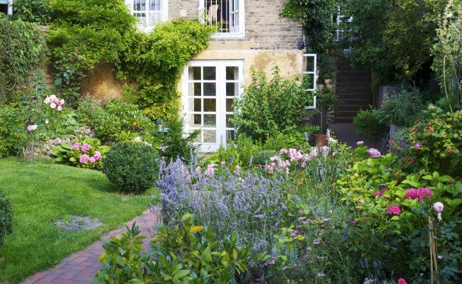 Ogród rustykalny przed domem