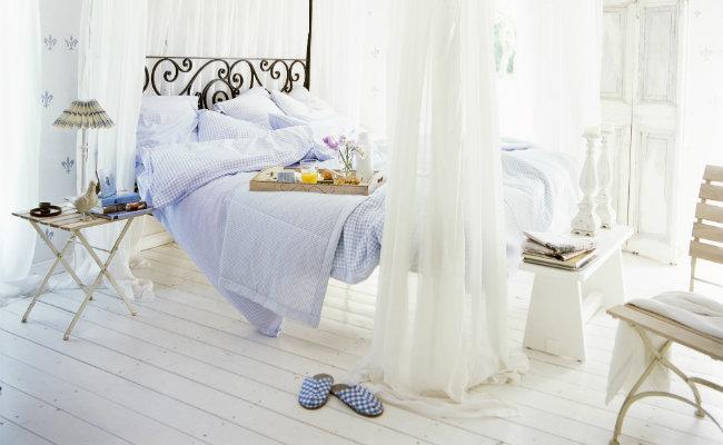 Biała sypialnia i baldachim