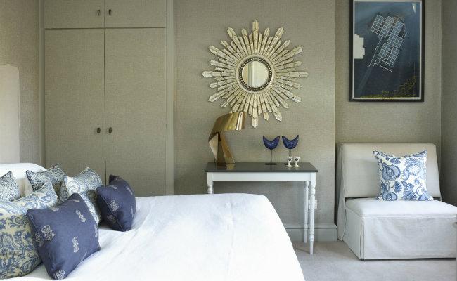 Mała sypialnia w ciepłej tonacji