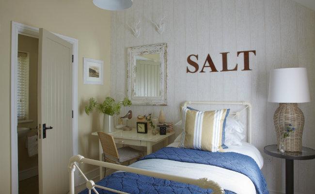 Mała sypialnia w stonowanych kolorach