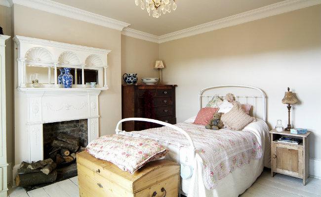 Mała sypialnia w stylu tradycyjnym