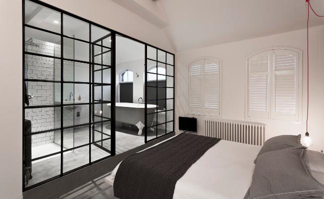 Nowoczesna sypialnia i przeszklona łazienka