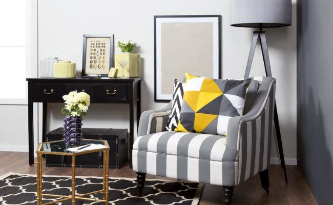 Szary salon i żółty fotel
