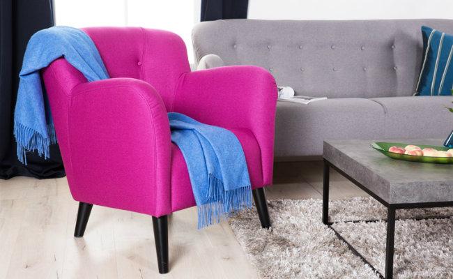 Szary salon i różowy fotel