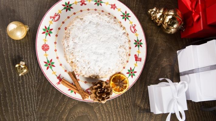 dekoracja z szyszek stołowa