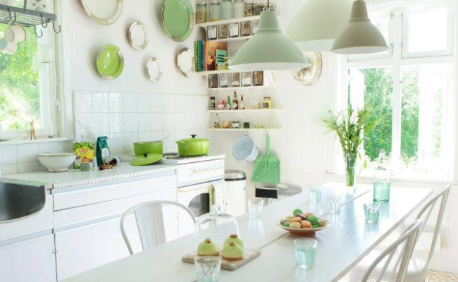 Jasne meble kuchenne wykończone na wysoki połysk