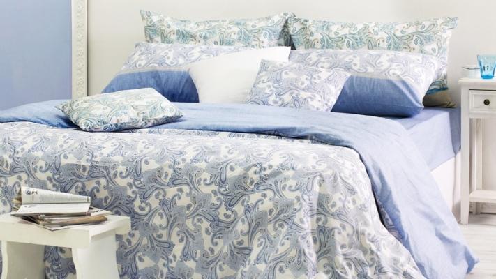 kolor niebieski w sypialni