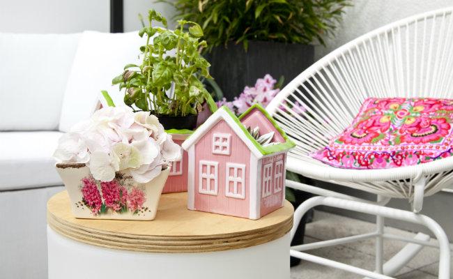 Różowe dekoracje na balkon na stoliku