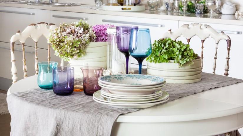 Biely stôl do kuchyne