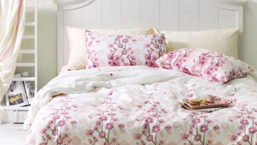 Romantická posteľ v shabby chick štýle
