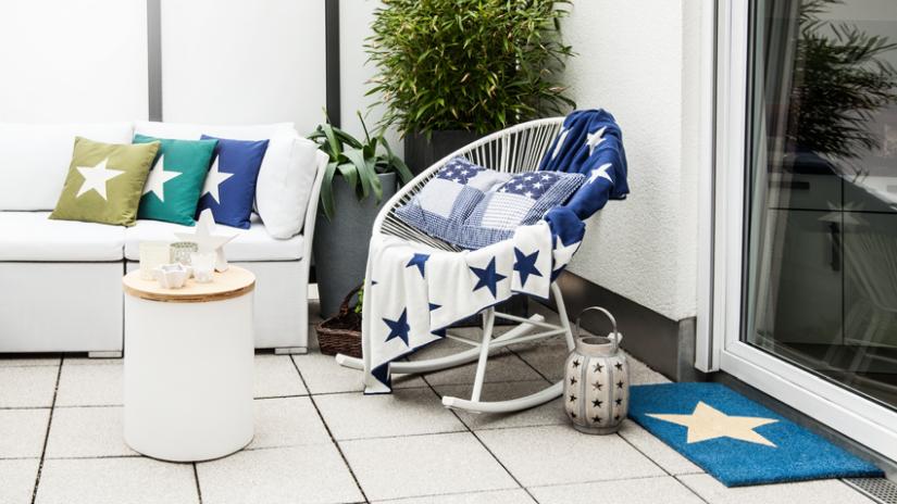 Moderná balkónová sedačka a stolička
