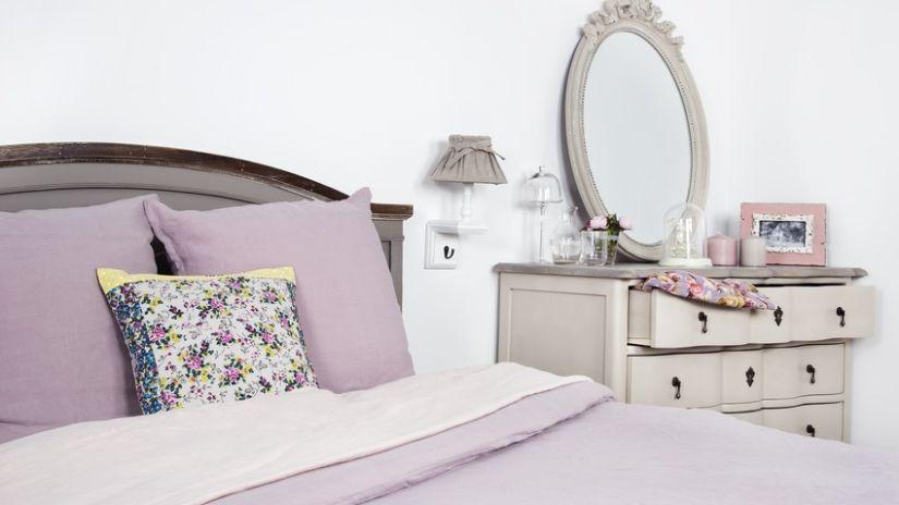Romantická sivá posteľ v rustikálnom štýle