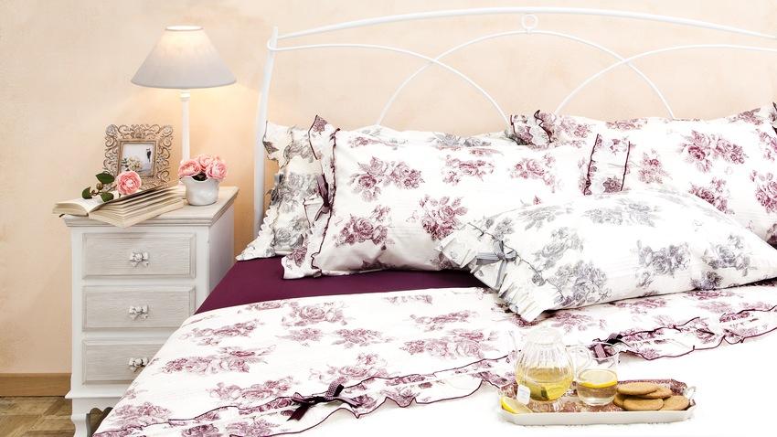 Biela kovová rustikálna posteľ