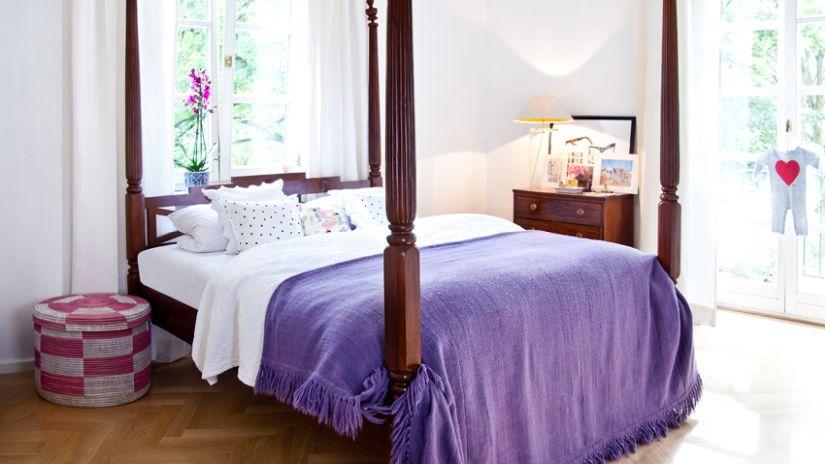 Starožitná drevená posteľ v rustikálnom štýle