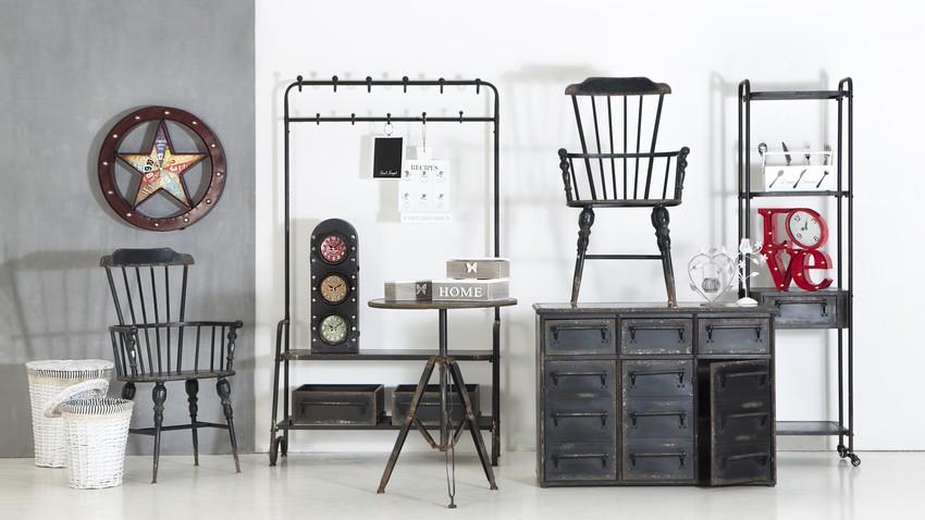 Čierna skrinka vo vintage štýle