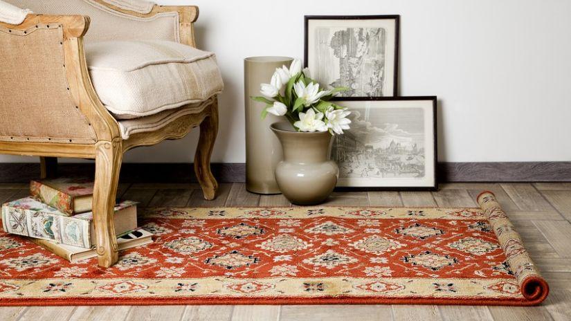 Červený orientálny koberec
