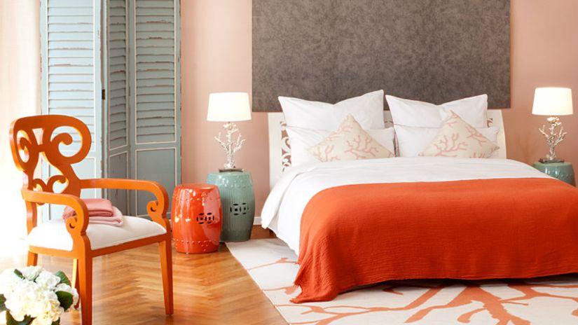 Bielo-oranžový koberec do spálne
