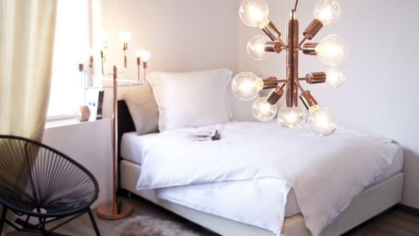 Zlatý moderný luster so žiarovkami