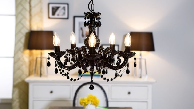 Čierny klasický luster so sviečkami