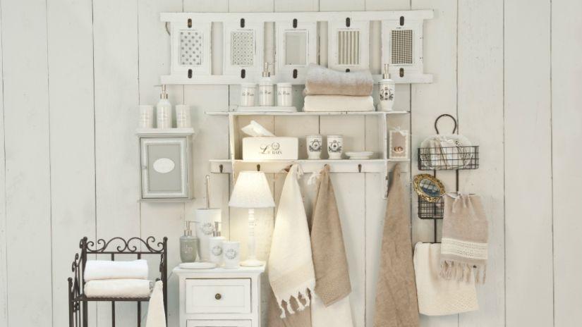 Biele drevené police do kúpeľne