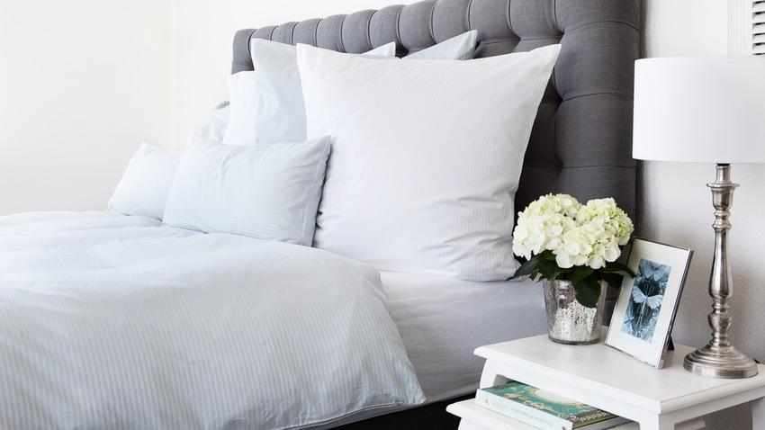 Klasická americká sivá posteľ