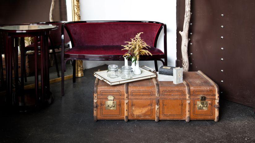 Klasická bordová vintage sedačka