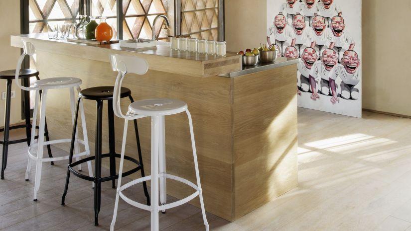 Kovové barové stoličky s operadlom