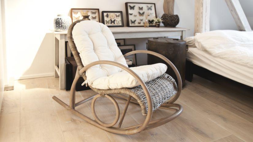 Pohodlná hojdacia ratanová stolička