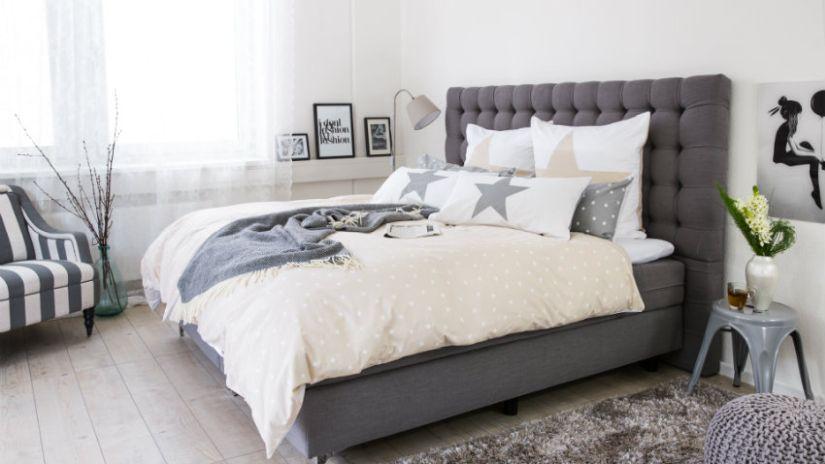 Pohodlná sivá posteľ v americkom štýle
