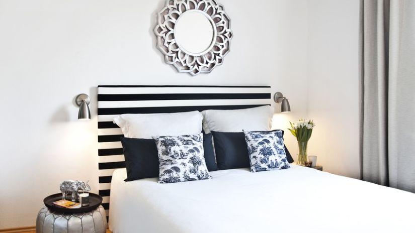 Čierno-biela francúzska posteľ