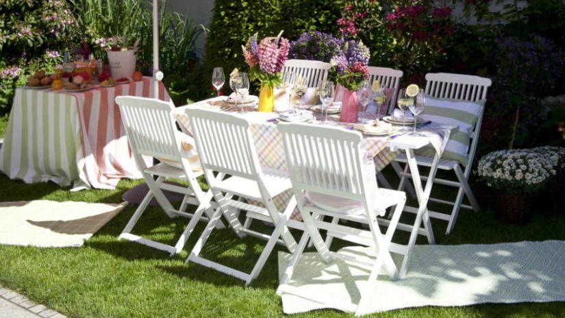 Biele drevené záhradné stoličky k stolu