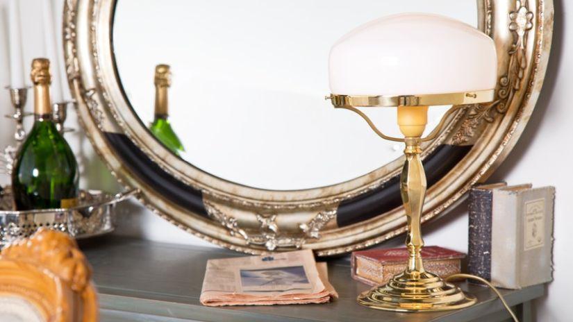 Stojace zrkadlo so zlatým rámom