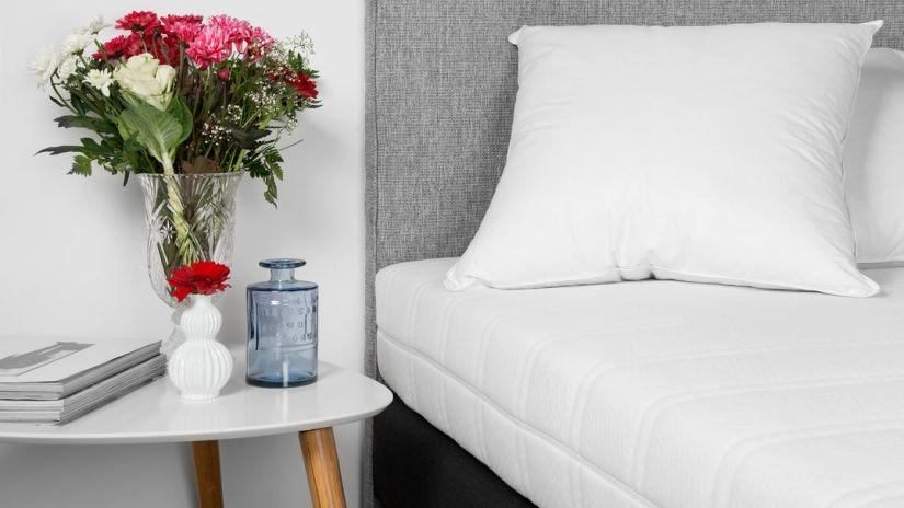 Moderný biely nočný stolík