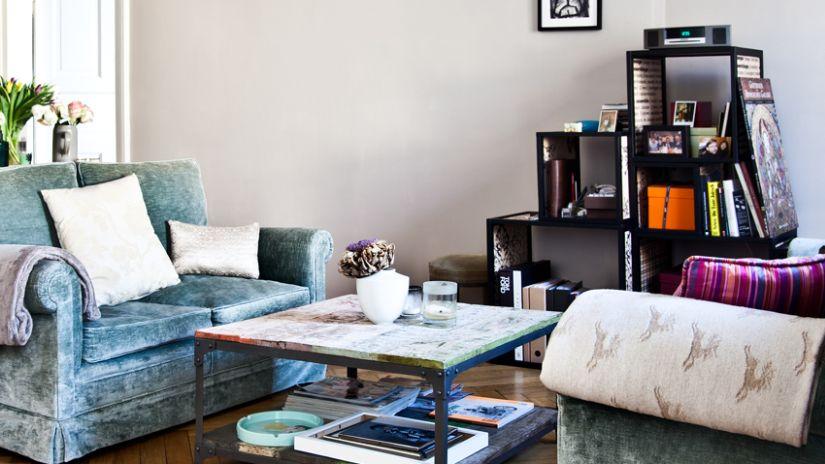 Modrá sedačka v rustikálnom štýle