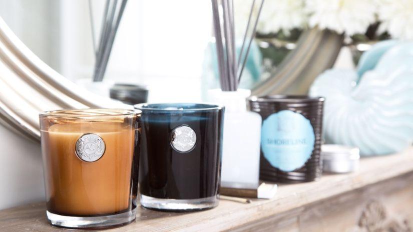 Čierna sviečka v sklenenom pohári