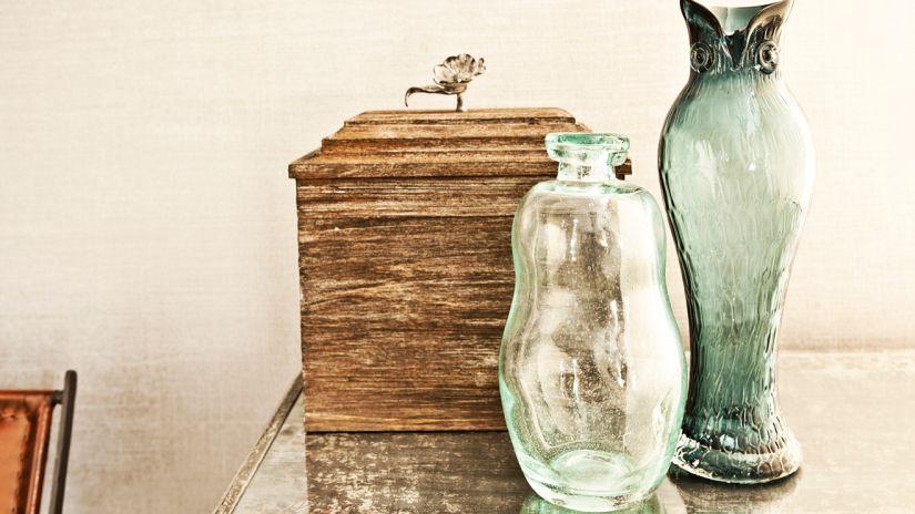 Vázy z bieleho a zeleného skla