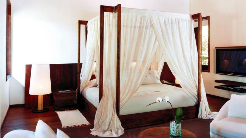 Drevená posteľ v koloniálnom štýle