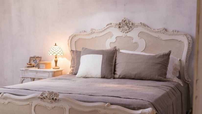 Béžová drevená posteľ