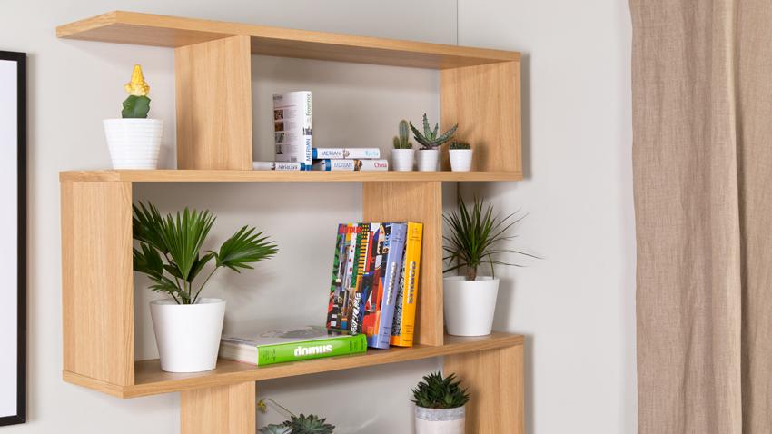 Závesný drevený regál na knihy