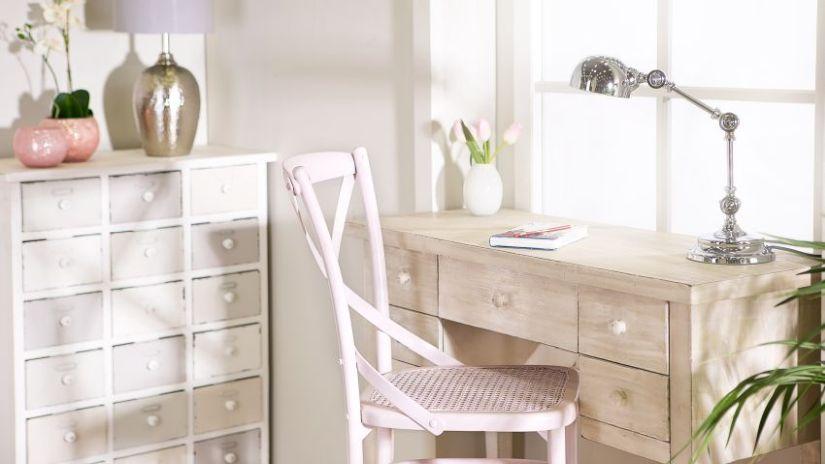 Klasická biela drevená stolička