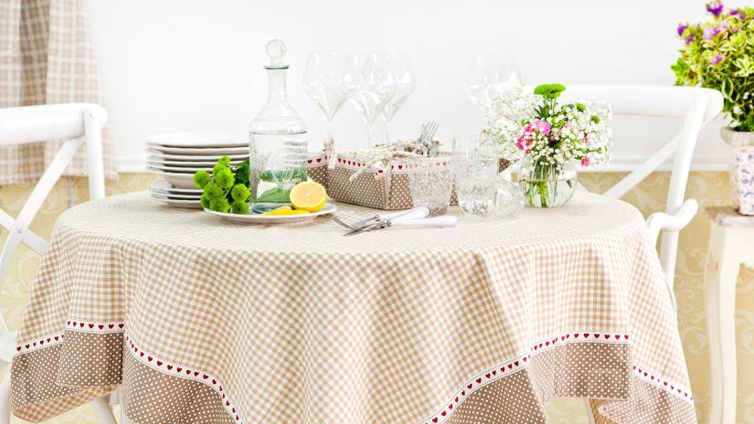 Drevený okrúhly stôl do kuchyne