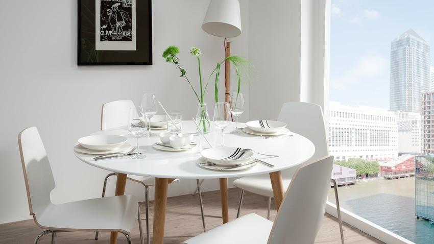 Biely stôl a stoličky