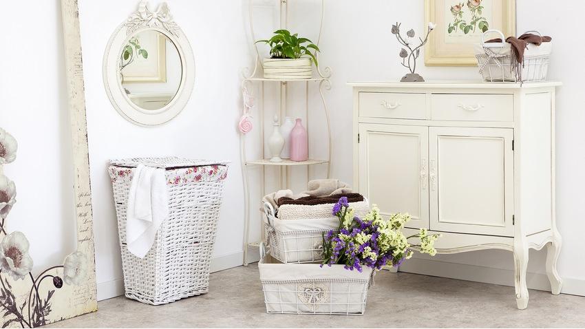 Romantická biela skrinka do kúpelne