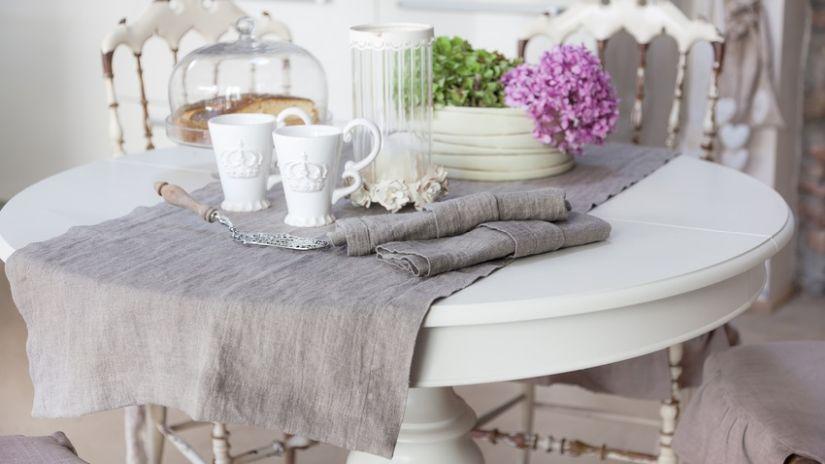 Romantický biely kuchynský stôl