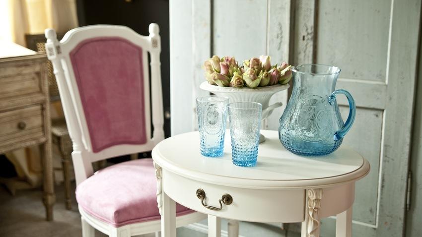 Vintage biely stolík