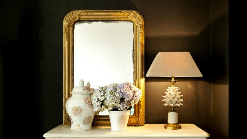 Zrkadlo so zlatým rámom