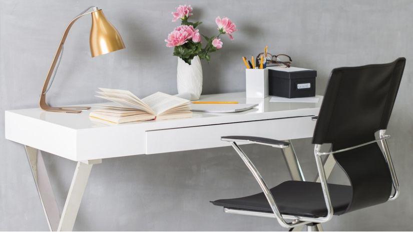 Pracovný biely stôl a otáčacia stolička