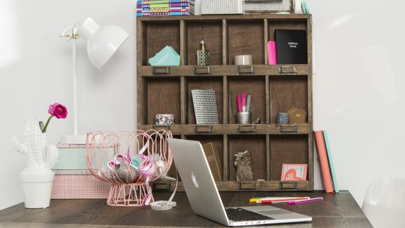 Drevené poličky a písací stôl do pracovne