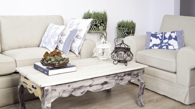 Klasický drevený konferenčný stolík vo vidieckom štýle